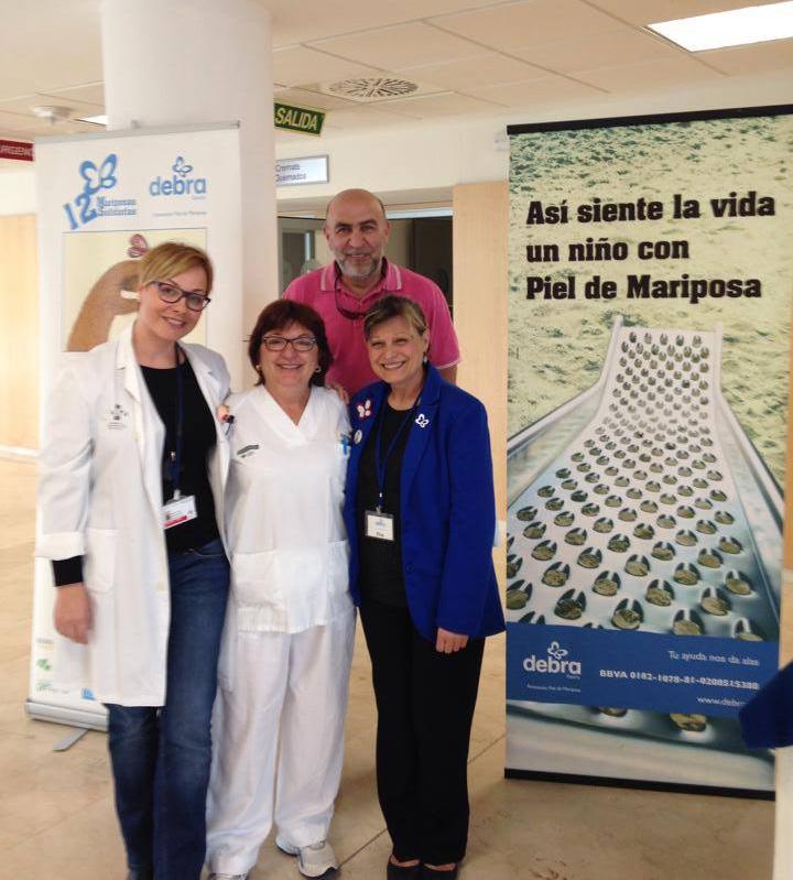 La Dra Gutiérrez Ontalvilla (izquierda) con Voluntarios Asociación Debra (Fina Martínez Vázquez y su marido www.debra.es) con nuestra enfermera Maite Mielgo encargada de las curas de los niños con epidermolisis ampollosa.