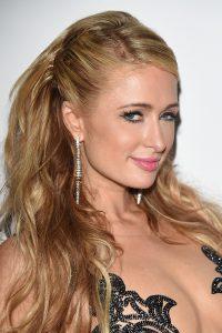La famosa Paris Hilton presenta una nariz con la punta algo caída o descendida