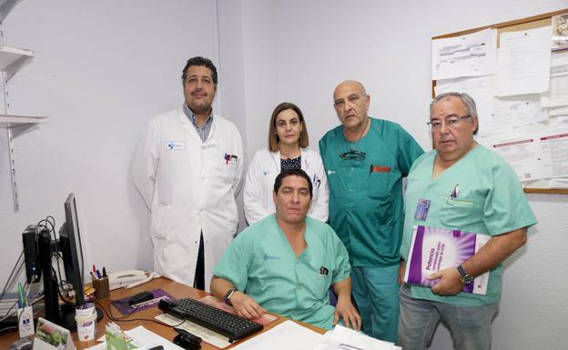 El equipo de Cirugía Esofagogástrica y de la Obesidad, Omar Abdel-lah, Lourdes Hernández Cosido, Isidro Jiménes, Sixto Carrero y Felipe Parreño.